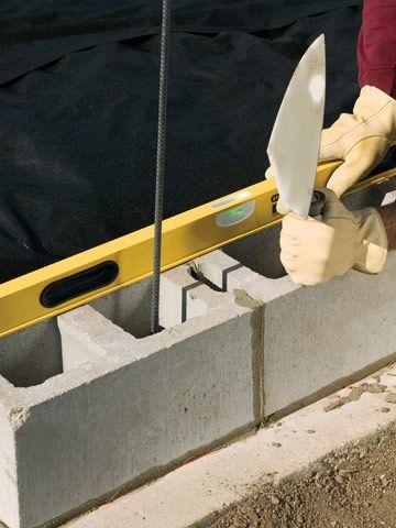 使用混凝土挡土墙为您的院子增添风格和支撑。您只需六步即可构建一个。