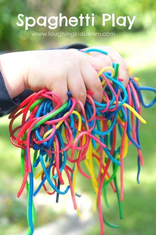 孩子们喜欢玩彩虹色的意大利面条,它很容易制作。非常适合感官发育,适合所有年龄段,特别是婴儿。