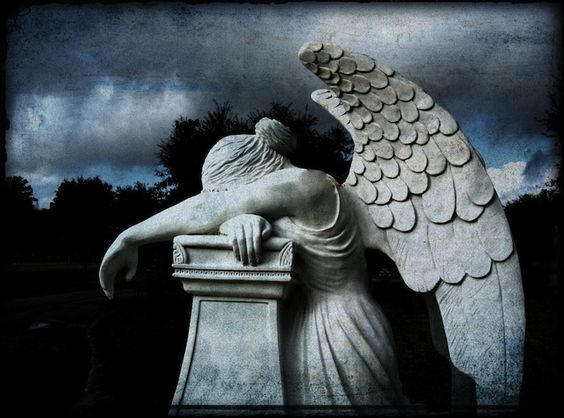 虽然墓地通常只在亲人过世后才被访问,但它们也是哀悼的重要场所。意大利热那亚的Staglieno是一个非常着名的墓地,经常出于完全不同的原因参观。墓地于1851年开放,其中充满了艺术雕塑