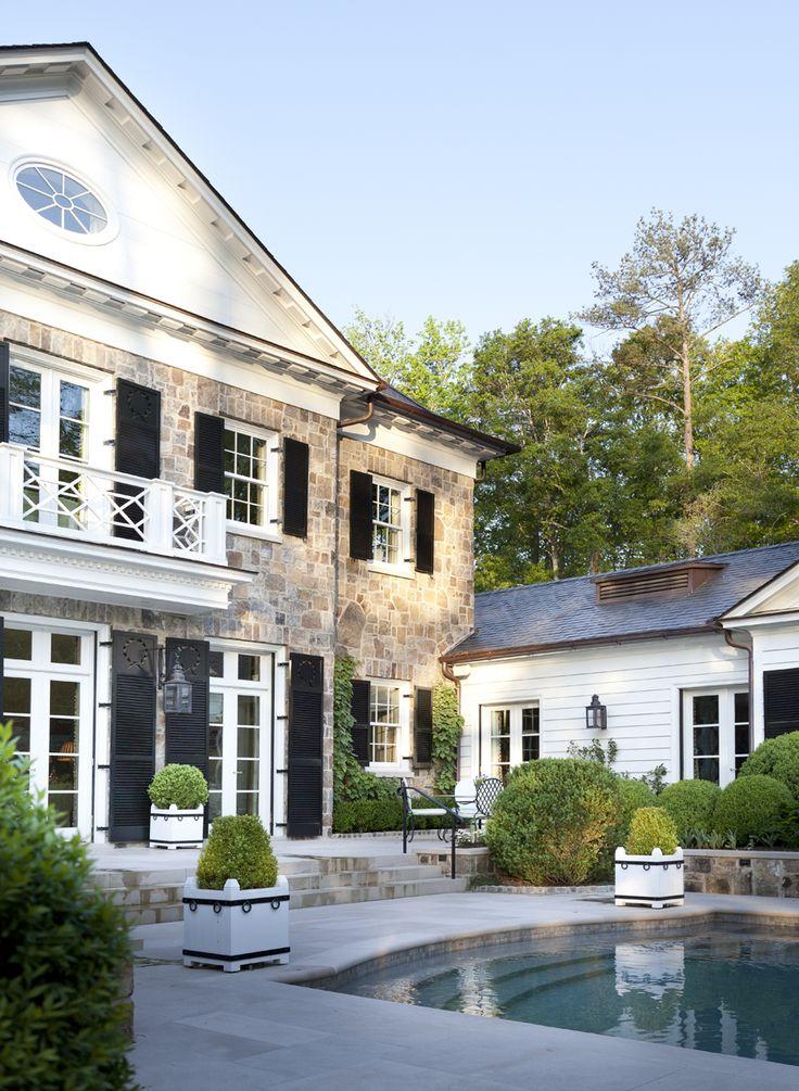 Howard Design Studio公寓设有游泳池露台和花园。