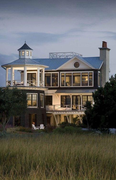 Marshfront Retreat位于南卡罗来纳州查尔斯顿附近的沿海屏障岛上,由建筑工作室Herlong&Associates设计。