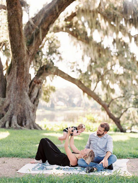 妈妈和爸爸在一棵大树下玩耍的图片由Valentina Glidden