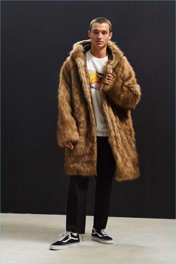 Urban Outfitters男式人造毛皮夹克Urban Outfitters的黑色星期五特卖可能会让你小心翼翼。零售商提供买一个,
