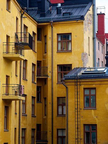 我昨天在赫尔辛基开放日的行程中发现了这座古老的黄砖房子。即使光线太阴,强烈的色彩和角度仍邀请我拍摄许多照片。如果你坚持找到它,这个城市有许多摄影师的宝藏。
