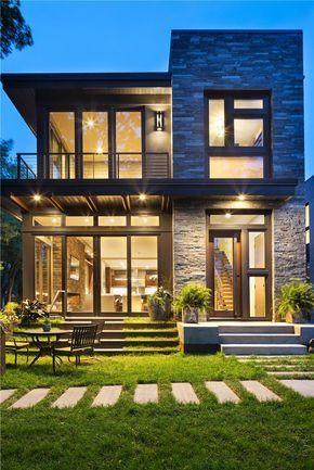 外观。卡尔霍恩湖现代有机。该住宅优雅的现代外观采用天然石材,考顿钢,木材和玻璃 - 与现场完美对齐。