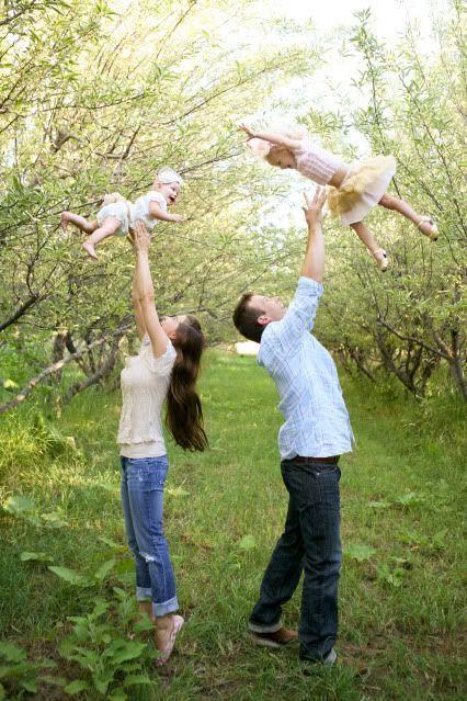 家庭照片与2个孩子的姿势想法