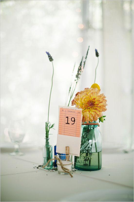 蓝色梅森罐子花卉想法+图书馆卡片桌数字