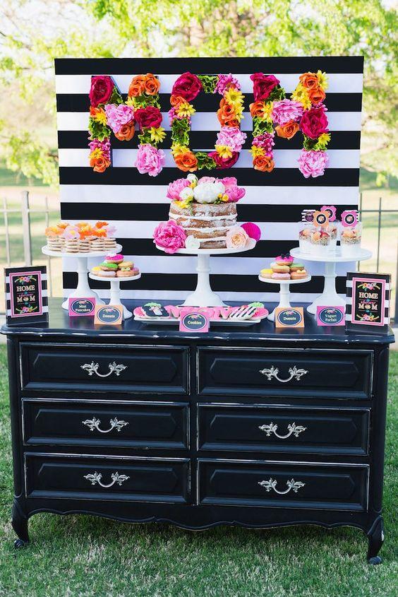 这个华丽的彩色母亲节免费印花派对由Lillian Hope Designs的Kara Woolery提交。这个派对非常棒!黑色和白色的调色板混合了所有鲜艳的色彩,非常华丽,而且印刷品非常壮观!这个派对充满了适合任何春季活动的创意!我最喜欢的母亲节聚会的想法和元素来自这个美好的场合是:亲爱的花卉妈妈标志美丽的天然蛋糕配上鲜花可爱的printables /文具亲爱的糖饼干可爱的酒杯与鲜花附在基地和更多!