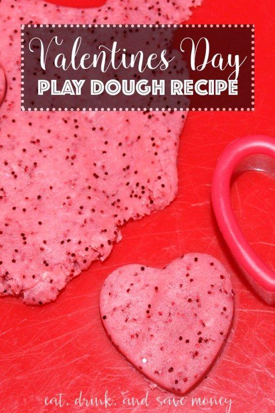 这个情人节玩面团配方便宜,简单,有趣,只需几分钟。与一些心形饼干切割器配对,绝对可爱。这将为一个派对或游戏小组制作一个很棒的DIY情人节礼物。