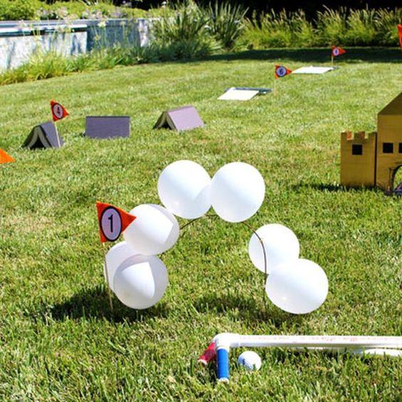 如何建立一个自制的迷你高尔夫球场。当高尔夫球场就在您自己的后院时,您不必点击链接。使用普通的家用物品来构建课程 - 如麦片盒,纸板管和书籍 - 您可以创建这个有趣且具有挑战性的9洞迷你高尔夫游戏,全家人都会喜欢。