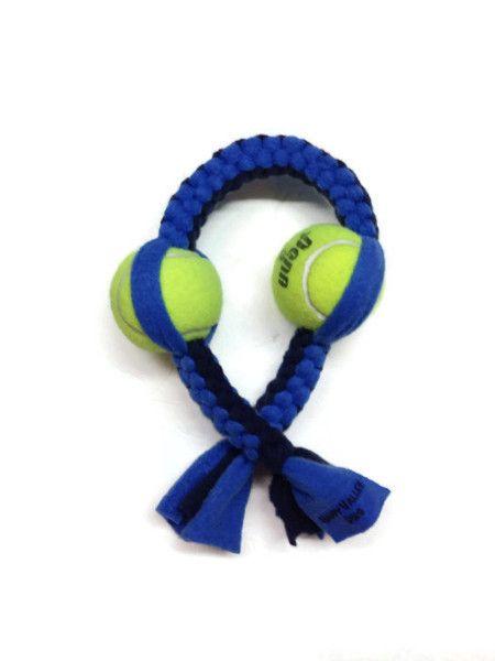 这在美国制造的网球狗玩具是双重乐趣!这款双网球抓绒拖轮玩具由防绒球和高回弹网球制成,其编织方式使狗的牙齿有柔软而坚实的感觉。一种感觉,本能地,狗渴望。对于爱网球的狗,这是狗玩具!这种环保型狗玩具有两个打结在内的网球 - 对于网球迷痴迷的狗!双网球抓绒拖船的长度在18-20英寸之间 - 最适合中型,大型和特大型犬!有各种颜色 - 请让我们选择。