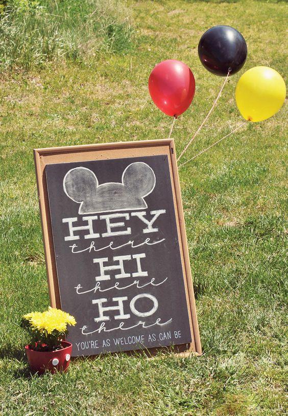怀旧与狡猾的米老鼠生日派对与米老鼠奥利奥流行,米妮蛋糕和令人惊叹的黑板鼠标耳朵启发派对标志!