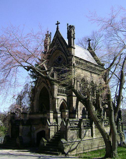 德克斯特陵墓可能是斯普林格罗夫墓地最着名的陵墓,由詹姆斯凯斯威尔逊设计,建于1869年。它纪念埃德蒙德克斯特,1842年娱乐了查尔斯狄更斯,并将他的肖像悬挂在辛辛那提艺术博物馆。这个结构多年来已经失去了一些顶峰和拐角;更不用说它曾经在屋顶中间有一座高耸的华丽尖塔。对于世纪之交美国最重要的建筑评论家蒙哥马利·舒伊勒而言,它以英格兰最好的哥特式复兴建筑排名。