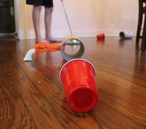 喜欢和孩子一起玩迷你高尔夫球吗?建立自己的迷你高尔夫球场!使用家居用品为您家中或院子里的推杆推杆创造障碍物。