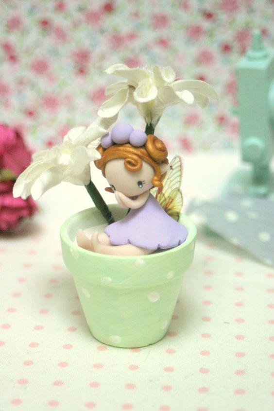 罗斯神仙的小雕象由聚合物黏土制成并且坐在花盆。尺寸:6厘米