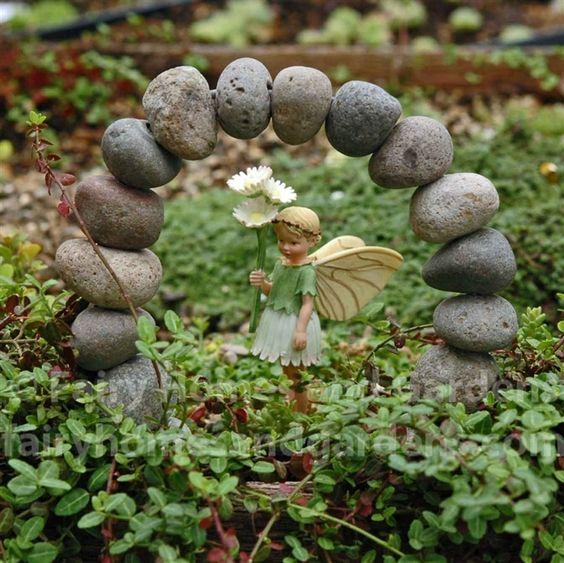 使用我们完整的仙女园用品系列,打造自己的童话花园。迷你仙女,童话屋和别墅,花园侏儒,微型配件,仙女花园入门套件,植物等。今天为你的花园添加一些神仙魔法。合格订单免运费。