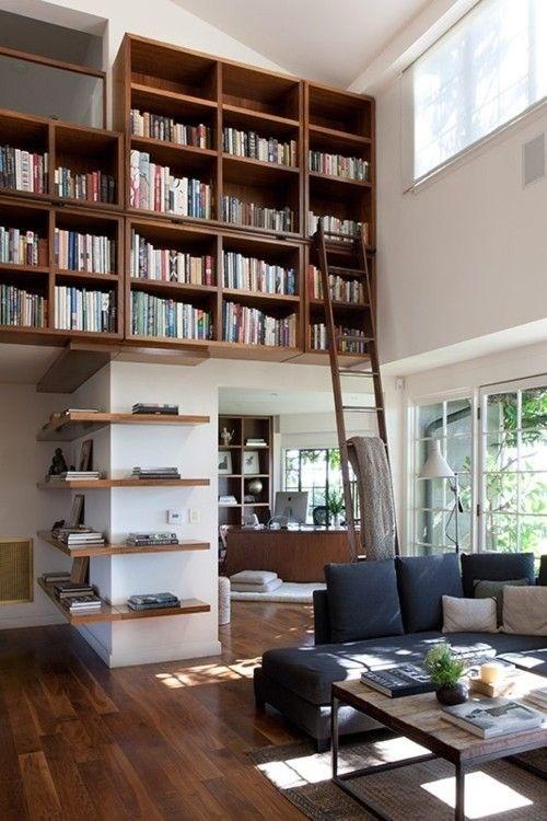 阁楼在天花板(阁楼)下面有一个带梯子的书架