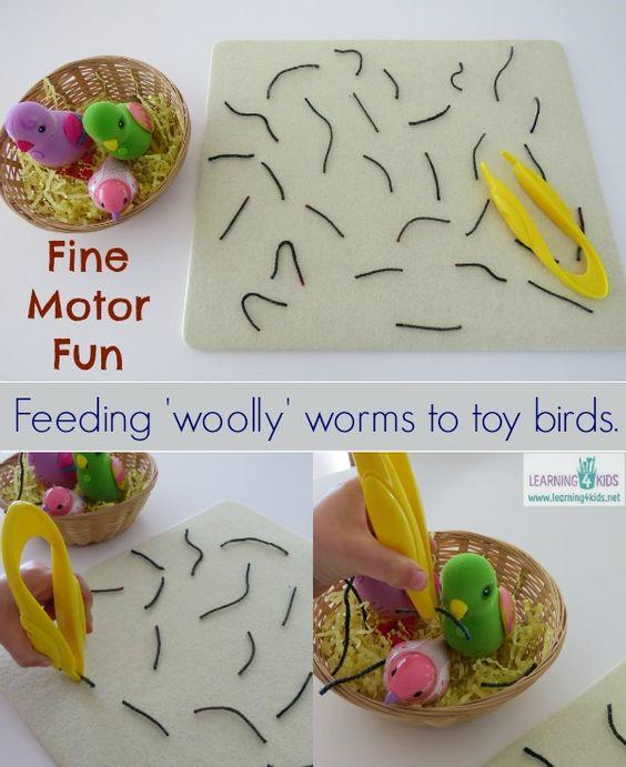 孩子们在学习笔迹之前需要精细运动技能,以便掌握适当的铅笔并掌握书写工具。用一套镊子(鸟喙)拾起蠕虫(羊毛或纱线)并假装将它们喂给篮子里的玩具鸟是一项伟大的活动,孩子们在建立精细运动技能的同时会发现激励和乐趣。孩子们会喜欢假装用羊毛虫喂鸟,并在玩耍时创造故事。你需要棕色或黑色羊毛(纱线),剪刀,篮子,碎纸,玩具