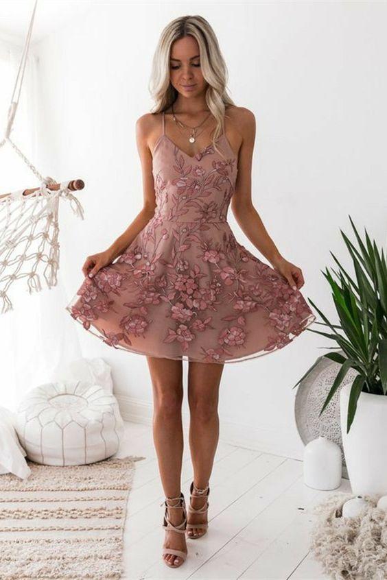 A字形意大利面条带褶皱薄纱舞会礼服与贴花