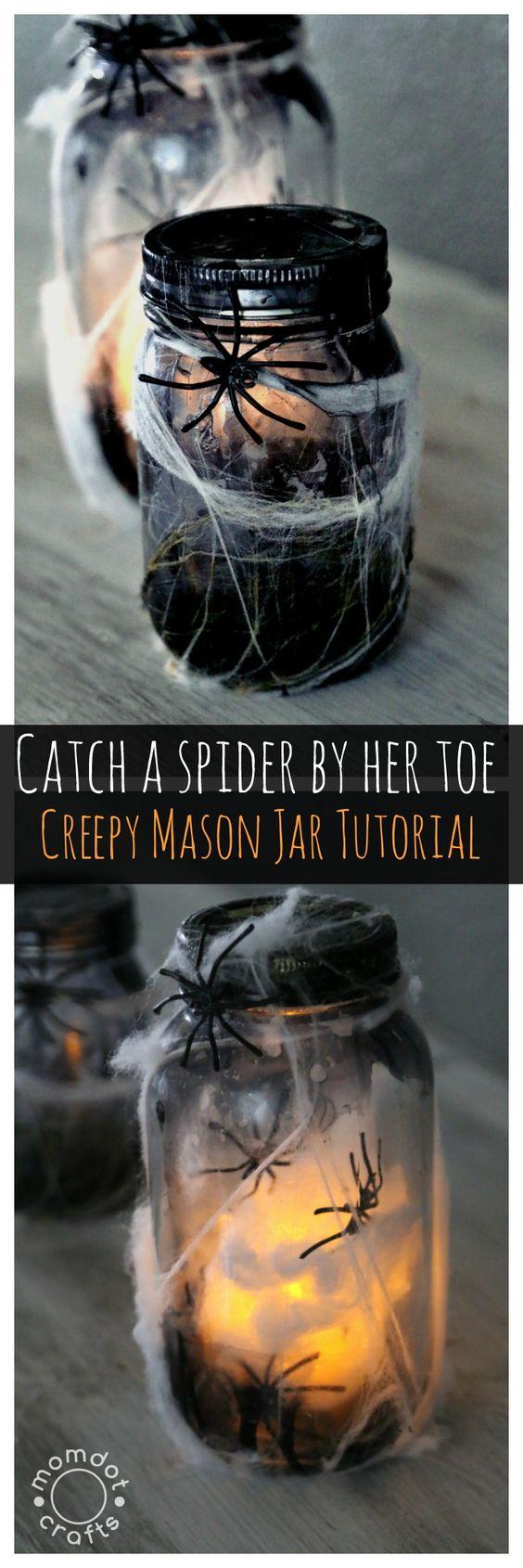 万圣节梅森罐子工艺,DIY这个令人毛骨悚然的蜘蛛罐照亮,完美的工艺为万圣节焦点,夜灯,并可以在几分钟内完成