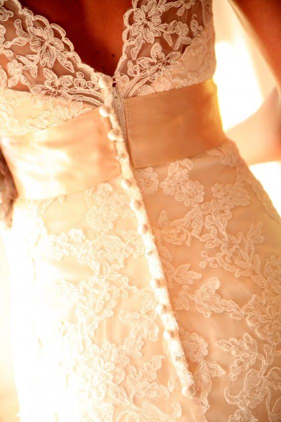 这个惊人的复古婚礼实际上在2011年的Rustic Wedding Chic上展出,并且已经成为我们有史以来最受欢迎的婚礼之一。我仍然收到读者的电子邮件,他们正在寻找有关这场婚礼,如何计划以及谁设计婚纱的信息。我想重新发布这个婚礼,向我们的所有新读者介绍它的美丽外观,轻松简约的风格和令人惊叹的复古婚礼理念。这场真正的婚礼将经典的乡村风格与复古物品融为一体,营造出美丽的外观。像梅森罐子这样的复古物品的组合可以与更加质朴的细节完美契合,例如印在木片上的菜单。这场婚礼真正捕捉复古风格的方式之一是使用柔和的紫色托盘,然后将其用于鲜花,伴娘礼服和其他婚礼细节。紫色通常是许多新娘婚礼颜色列表中的颜色,但在你看到这场婚礼之后,我想你可能会三思而后行。感谢Krista Lee摄影让我们在2011年和今天再次举办这场婚礼!资料来源:摄影:Krista Lee摄影/ ...