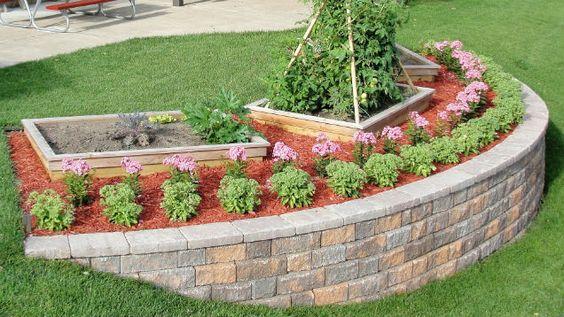 一个陡峭的院子可能难以景观。建造一个挡土墙,为院子增加平层,防止侵蚀并为花园提供完美的地方。