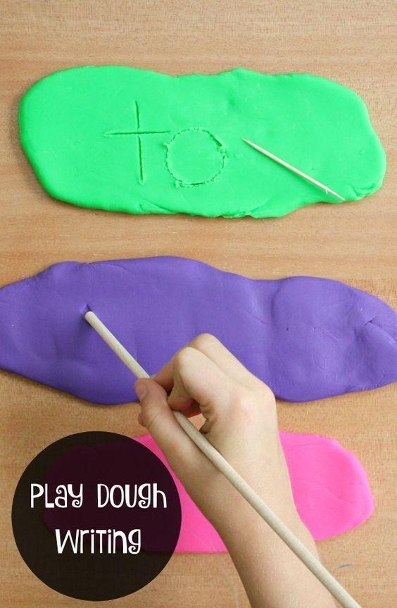 使用这个游戏面团写字盘来练习写字母,视觉词汇,数字等等。这是学龄前儿童练习精细运动技能的好方法。