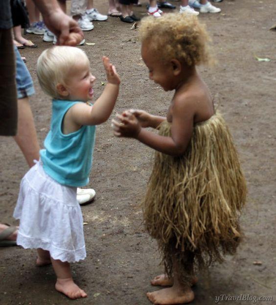 萨凡纳在瓦努阿图的一个村庄遇到了阿丽达,并在欢乐,奇迹和笑声的共同纽带上形成了友谊。你自己看