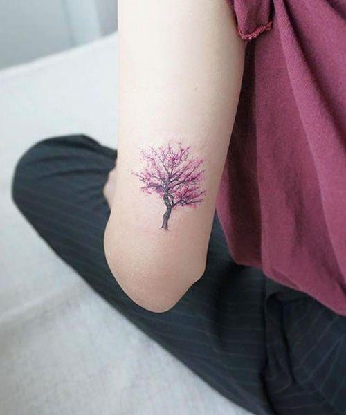 在手肘上的最可爱的樱桃树纹身花刺设计女孩的