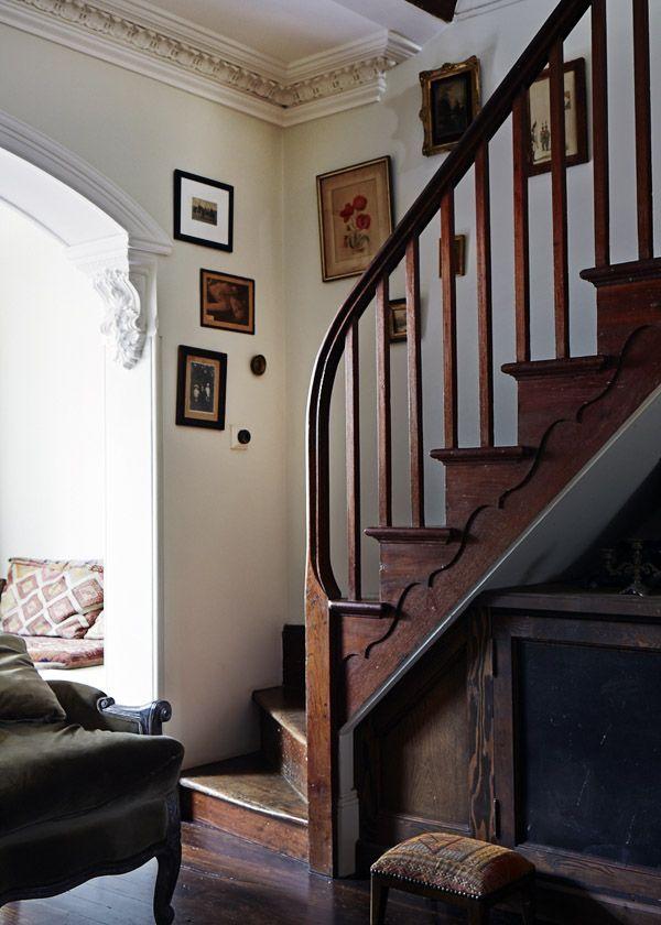 弯曲的木楼梯在客厅