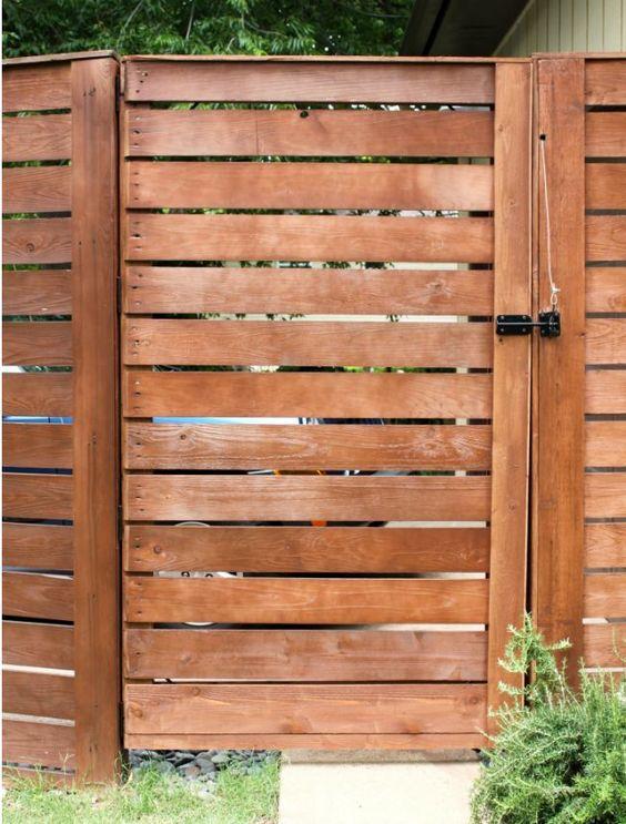 这些易于构建的DIY栅栏门设计可以提供隐私和保护,同时还可以从任何有利位置增强您家的外观。