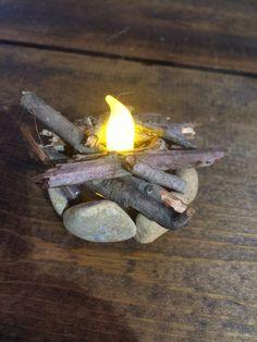 闪烁的火坑微型完美适合你的童话花园,侏儒花园或微型花园!火坑周围有石块和真木b
