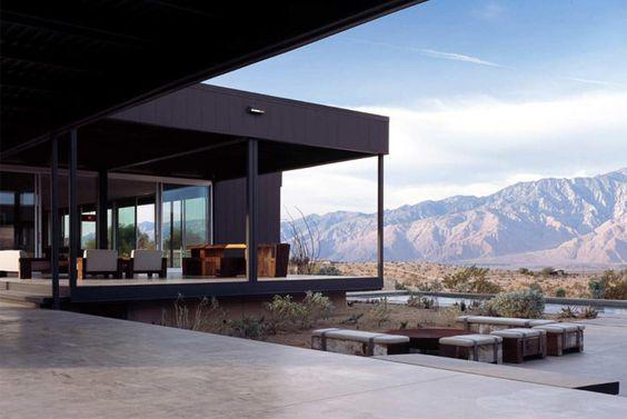 沙漠之家,Marmol Radziner Prefab的原型房屋旨在最佳地捕捉圣哈辛托山峰和周围山脉的景色。位于加利福尼亚州沙漠温泉的一个占地5英亩的场地上,房屋延伸穿过景观,带有户外生活区,占地2000平方英尺