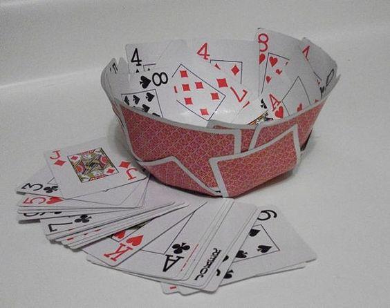 一个小碗只能玩扑克牌!每个碗由一块标准扑克牌组成,这些扑克牌已经模制成一个碗。这个碗具有红底纸牌,尺寸大约3英寸高,口宽7英寸,底部4.5英寸。每个碗都是独一无二的,而且是手工制作的一种。坚固,这个碗是完美的装饰件或在你的下一个扑克游戏中提供��片和脆饼干。 *不适用于潮湿或液体食物。免费送货包括美国邮政服务的跟踪。对另一种颜色或类型的卡感兴趣?给我留言,我会很乐意填写您的请求。