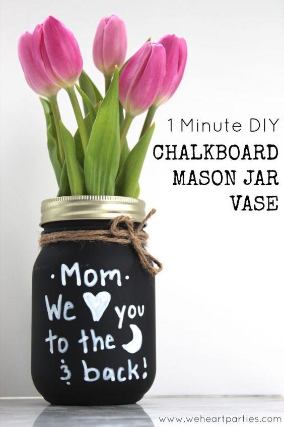 简单的母亲节黑板梅森罐子花瓶。简单的母亲节礼物的想法。自制母亲节礼物的想法。梅森罐子礼物的想法。梅森罐子为妈妈制作。