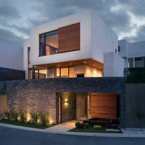 直白色外观,以木材和玻璃制成。直接和间接照明。有门的石墙。