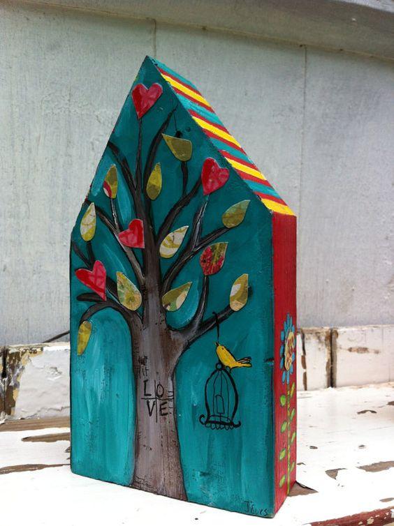 在木屋的原始的混合画法。这个可爱的小房子宽4英寸,长6英寸。它的四面都是彩绘的。