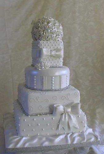 美丽的婚宴蛋糕由KC婚礼蛋糕和纸杯蛋糕,GRIMSBY.Lincolnshire。
