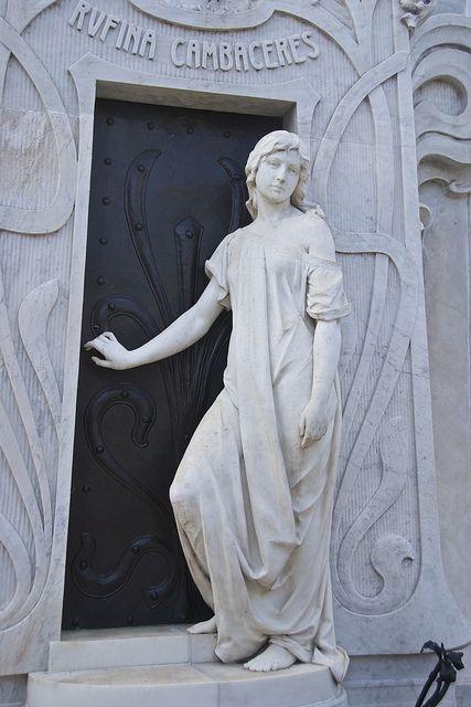 南美洲之旅,第12天:阿根廷布宜诺斯艾利斯Recoleta公墓墓地外的雕塑。