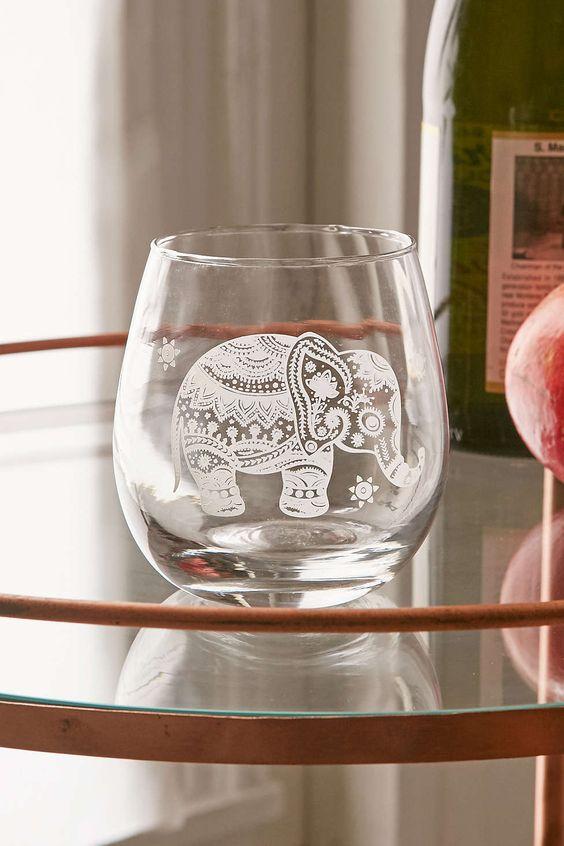 今日在Urban Outfitters购买蚀刻的大象无茎酒杯。我们为您提供所有最新的款式,颜色和品牌,从这里选择。