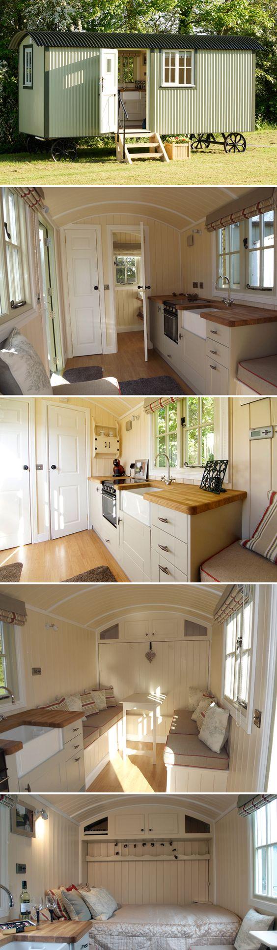 墙床小屋是一个单一的故事(没有阁楼)和客厅墙拉成一张双人床。为了全年的生活,墙壁绝缘良好。