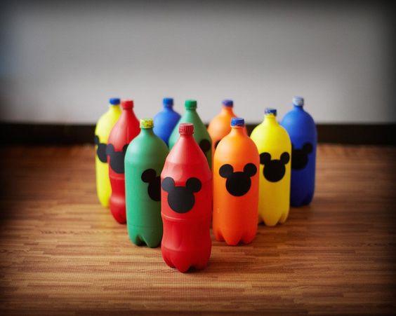 """这个了不起的MICKEY MOUSE FIRST BIRTHDAY PARTY由Dulce Designs的Angela Jolley提交。 """"好家伙""""!多么亲密的派对!我特别喜欢可爱的米老鼠和朋友派对帽子;他们太可爱了!我也喜欢可爱的食品标签和标签!这个派对非常有趣,有很多非常可爱的想法,适合喜欢米老鼠的小男孩或女孩!从这个亲爱的第一个生日庆祝活动中寻找的米老鼠派对的想法和元素是:可爱多彩的流行瓶保龄球瓶可爱的派对帽可爱的米老鼠花圈可爱的米老鼠主题饼干亲爱的食物标签和标签和更多!"""