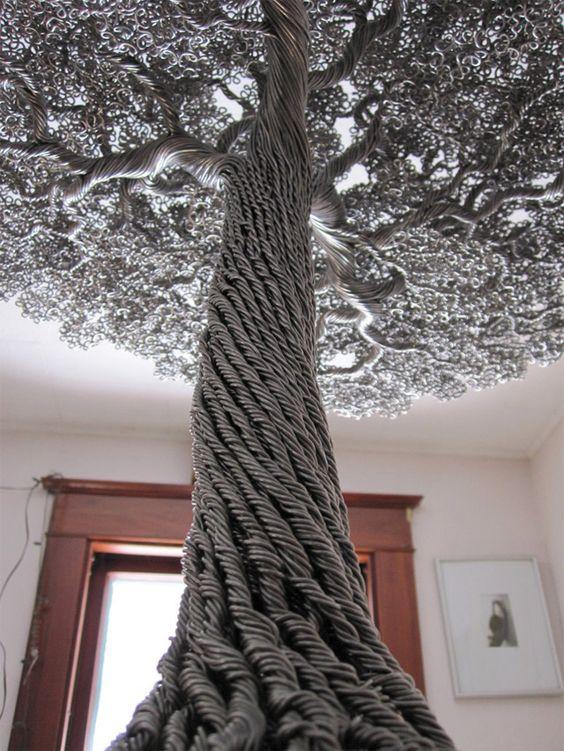 """在20岁出头的时候,威斯康星州的艺术家凯文·伊里斯就痴迷于种植小型盆景树,随着时间的推移,他在家中积累了超过20棵树的微型森林。塑造盆景树的一个方面是学习如何适当地""""训练""""分枝在特定方向上生长。这通常是交流"""