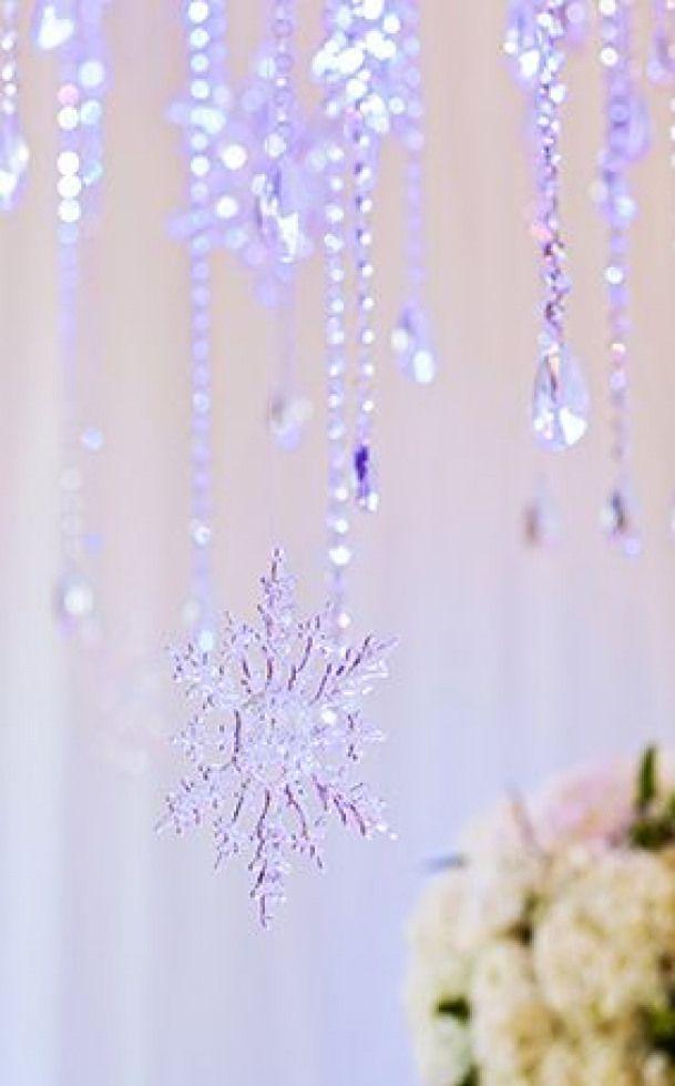"""为浪漫的迪士尼""""冰雪奇缘""""婚礼招待会添加雪花饰品"""