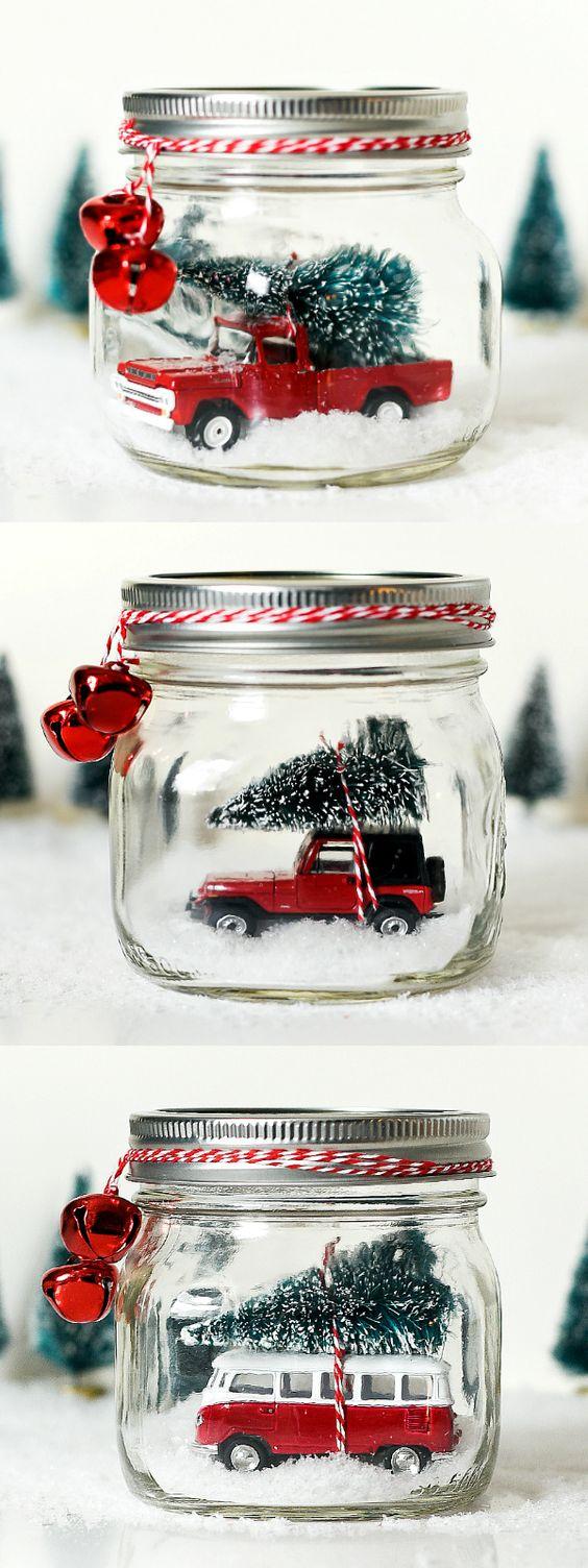 梅森罐子雪地球与老式的吉普车配件。梅森罐圣诞工艺品。梅森罐假日工艺的想法。梅森罐儿童圣诞工艺品。礼品。