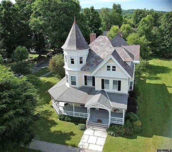 点击这里1891维多利亚时代的待售在Salem纽约。 $ 239,000。拥有原始木制品,木地板,口袋门,大门。