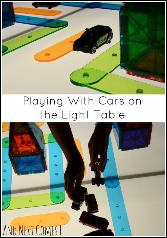 通过建造一个半透明材料的小镇,在灯桌上玩汽车。
