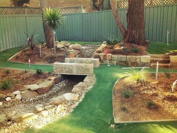 我的年轻表兄弟在他们家后院的迷人高尔夫球场!
