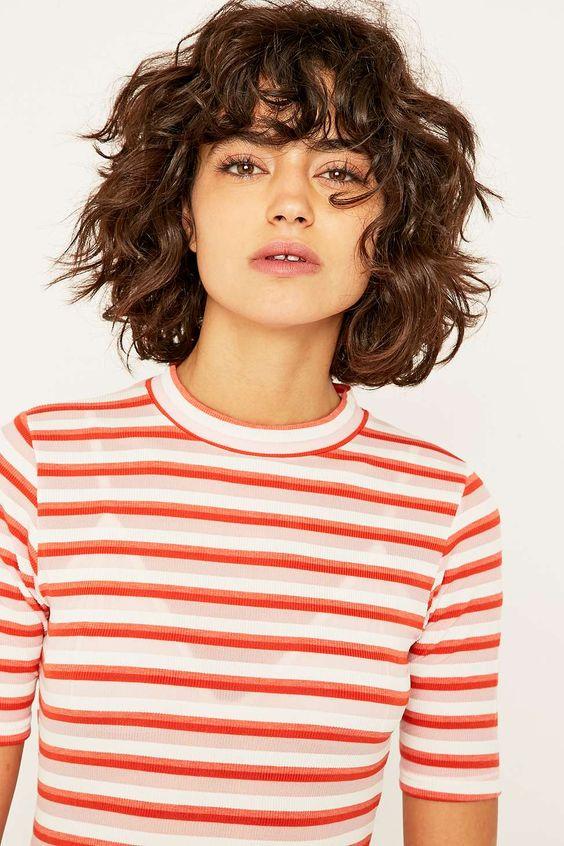 立即购买Urban Outfitters  -  Urban Outfitters罗纹针织条纹上衣。从我们网站上提供的不同颜色的最新品牌模型中进行选择。