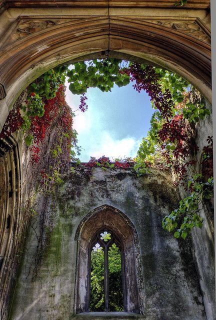 St Dunstan-in-the-East是位于伦敦桥和伦敦金融城之间的圣邓斯坦山上的英格兰教区教堂。教堂在第二次世界大战中被摧毁,中世纪的废墟现在成为公共花园。 (来源:维基百科)